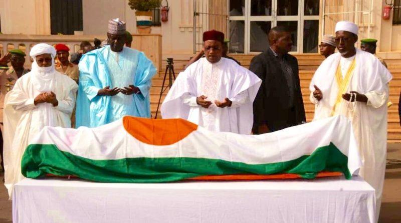 Le Président de la République a présidé dimanche matin la cérémonie des obsèques officielles du Colonel Boulama Manga, Grand Chancelier des Ordres Nationaux