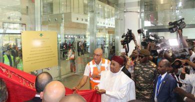 SEM Issoufou Mahamadou a inauguré mardi l'Aéroport International rénové de Niamey
